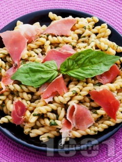 Лесна паста (спагети или фузили) с босилек и хамон (прошуто) - снимка на рецептата